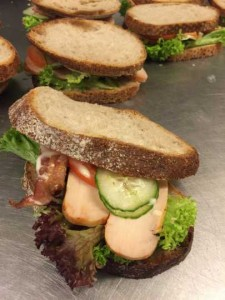 Sandwich med aioli, kylling og bacon