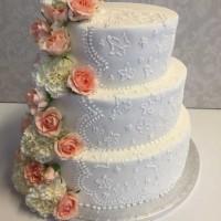 Romantisk bryllupskake med friske blomster.