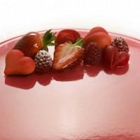 Rød ostekake med jordbær.