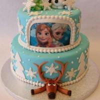 2 etasjes frost kake. Olav, treet og Svein er laget i marsipan.