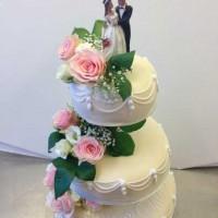 Bryllupskake med friske roser.