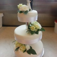 Bryllupskake med friske blomster.