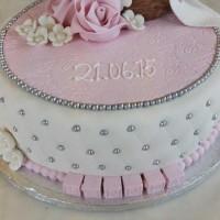 Dåpskake med rosa detaljer og baby i marsipan.