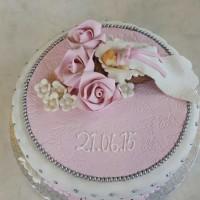 Nydelig Dåpskake med rosa detaljer og baby laget i marsipan.