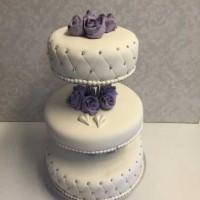 Bryllupskake med lilla marsipanroser